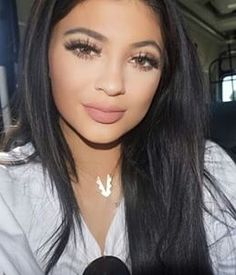 Kylie-Jenner_false-lashes